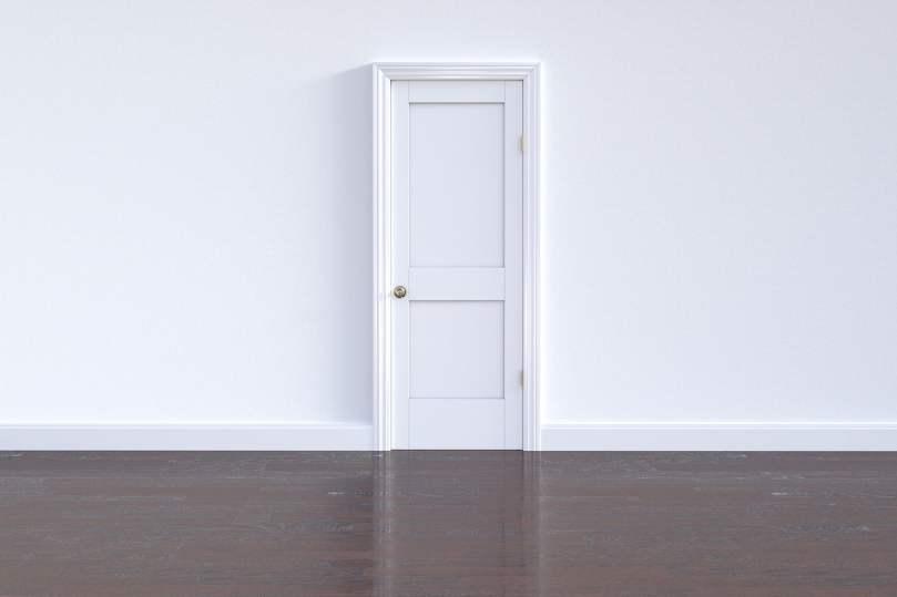 Puerta cerrada de color blanco y suelo oscuro