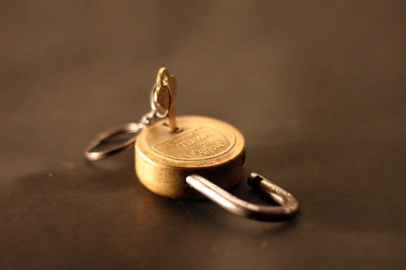 candado abierto con la llave puesta