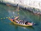Barca com tonéis no Rio Douro, cidade do Porto