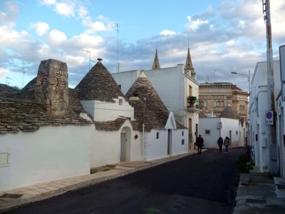 Sassi junto à parte moderna de Alberobello