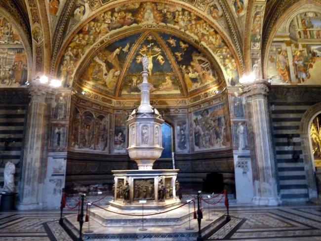 Decoração no interior do Duomo de Siena, Itália