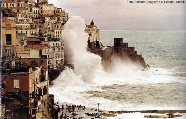 Dia de mar bravo na Costa Amalfitana, Itália