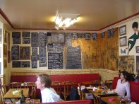 Interior de bristôt parisiense, onde comer bem e gastar pouco