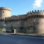 Castelo medieval ao lado das ruínas em Ostia Antica