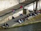 Parisienses junto do Rio Sena