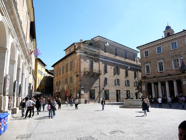Centro histórico, na Umbria, Urbino, Itália
