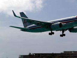 Avião aterrizando na pista ao lado de Maho bay, St-Martin