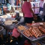 Banca de comida no mercado de Bangkok