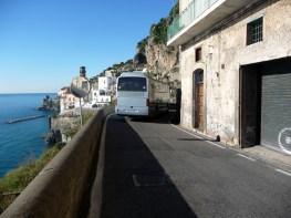 Estrada na Costa Amalfitana, estreita e cheia de curvas