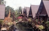 Casinhas em um canal de Bagkok