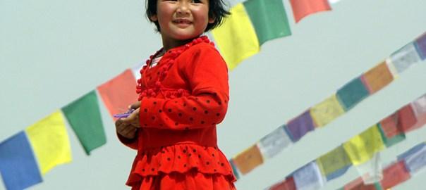 Criança na stuppa de Bodnath, Katmandu, Nepal