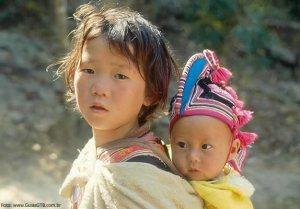 Crianças em aldeia próxima a Chiang Mai