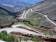 A sinuosa estrada entre a Quebrada de Humahuca e o Puna (altiplano) argentino