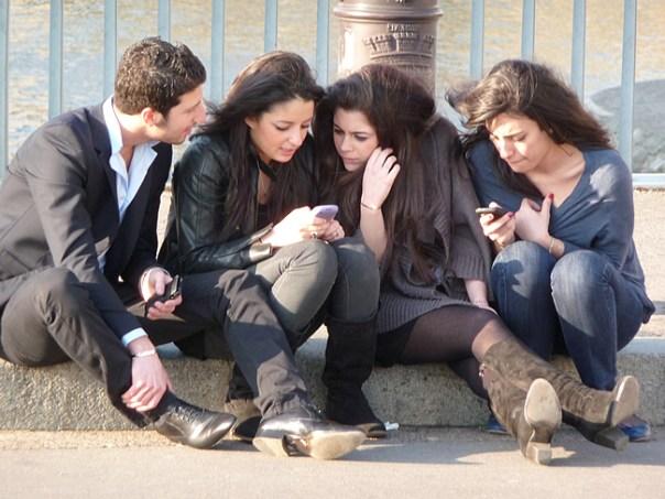 Paris, grupo de jovens na Île Saint-Louis