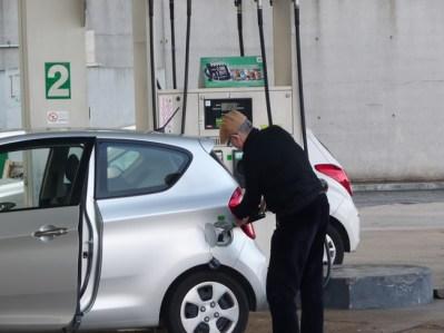 Na Europa quase não há frentistas, você é que tem que abster seu carro