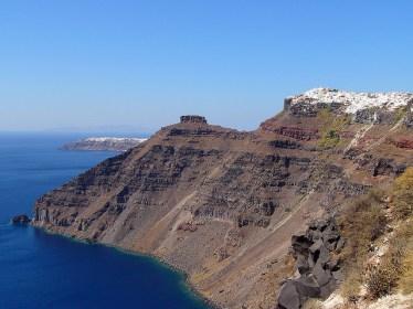 Santorini, o que sobrou da explosão de um um vulcão há 3 mil anos. -Foto Robert Toung C BY.jpg