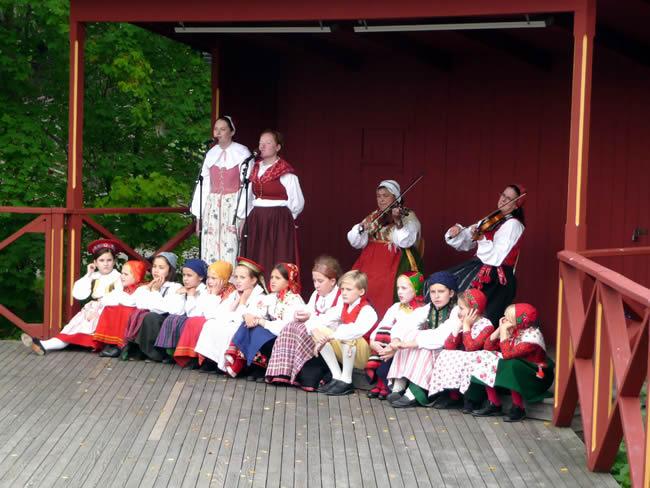 Grupo de música em trajes folclóricos, Suécia