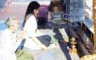 Oração em um templo de Bangkok
