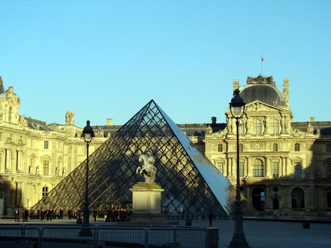 Pirâmide do Louvre, em Paris