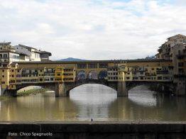 Rio Arno e o Ponte Vecchio, Florença, Toscana