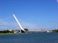 Ponte moderna no Rio Guadalquivir, Sevilha, Espanha