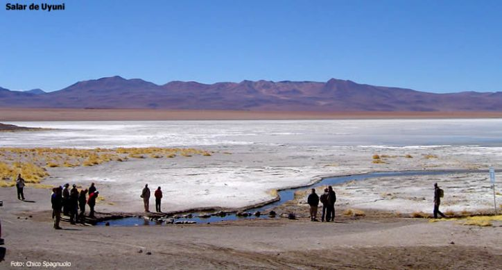 Excursionistas no Salar de Uyuni