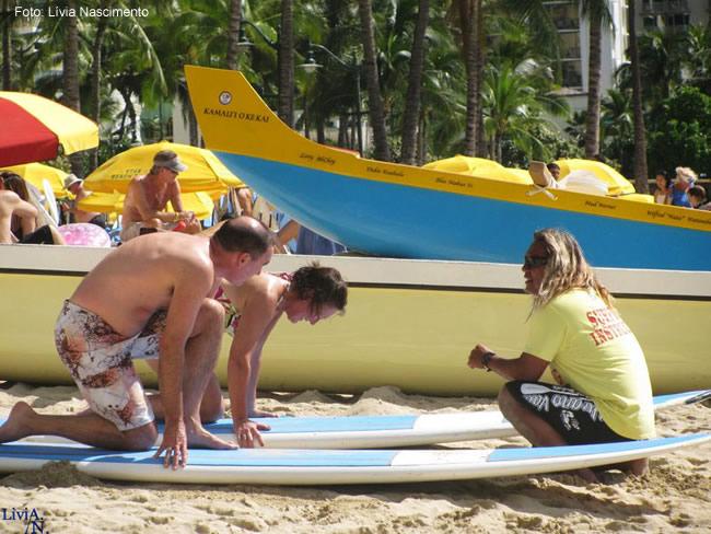 Surfistas em Waikiki Beach, Havaí, USA