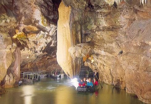 Um rio dentro do Gouffre de Padirrac, França