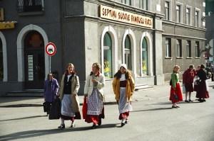 Moças com trajes tradicionais em Riga, Letônia