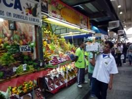 Frutas e guloseimas no Mercado Municipal próximo ao Centro Cultural Catavento