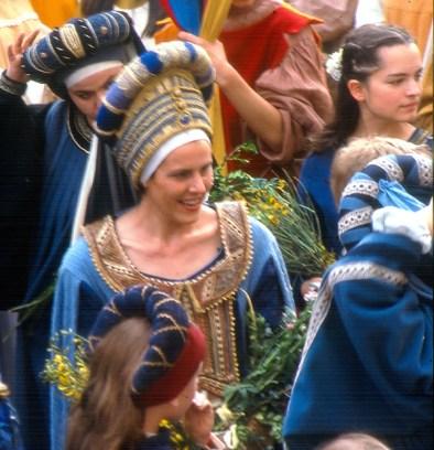Calendimaggio, a população veste roupas medievais