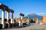 Pompeia, com o vesúvio ao fundo