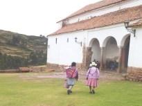 Índias indo à missa de domingo em Chinchero
