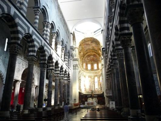 Interior do Duomo de Gênova, Itália -
