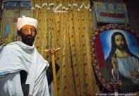 Sacerdote guarda a entrada do maqdas de Bet Medhane Alem - Foto Haroldo Castro
