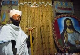07-sacerdote guarda a entrada do maqdas de Bet Medhane Alem