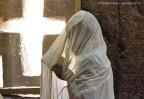 Fiel lê trechos da Bíblia, na igreja Bet Medhane Alem - Foto Haroldo Castro