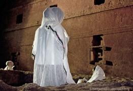 Fiel reza no pátio ao redor de Bet Maryam, Casa de Maria
