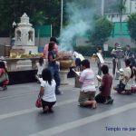 Ritual budista no centro de Bangkok