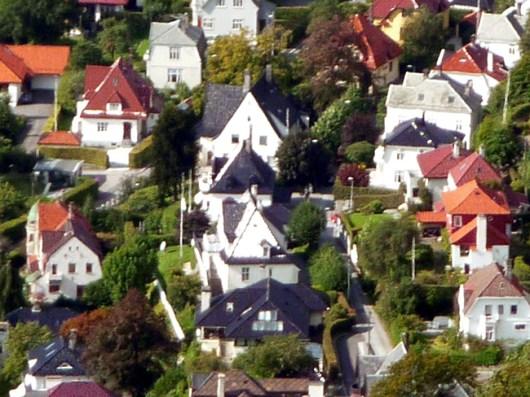 Bergen, Noruega, casas no meio do verde