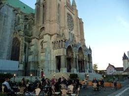 Café em frente à catedral de Chartres