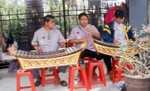 Músicos em templo em Bangkok
