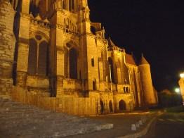 Lateral da catedral de Chartres à noite