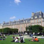 Place des Vosges, Marais, Paris no verão