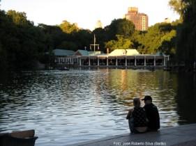 Casal no Central Park no verão