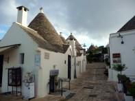 Rua de traçado medieval em Alberobello
