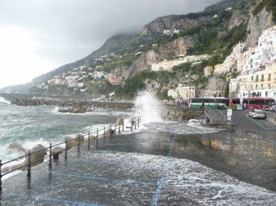 Mar agitado em Amalfi, Itália