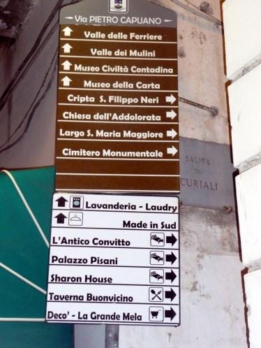Placa com destinos na Costa Amalfitana