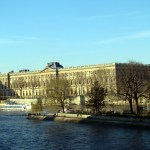 Louvre visto do Sena