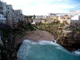 Baía com praia entre rochedo, Polignano a Mare, Itália